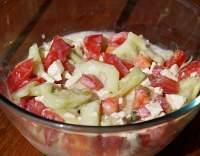 Okurkovo-rajčatový salát se sýrem a podmáslím