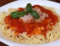 Tuňákové špagety s rajčaty