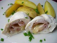 Kuřecí rolka se šunkou a tvarůžkem vařená na páře s brambory