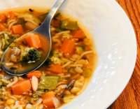 Brokolicová minestrone s ančovičkami