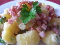Teplý salát z brambor a slaniny